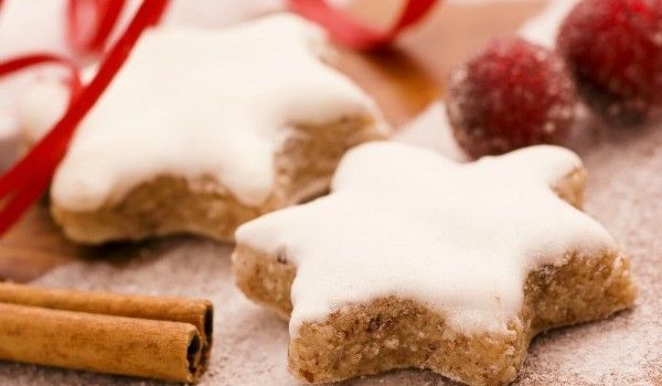 Μια συνταγή για υπέροχα Μπισκότα Χριστουγεννιάτικα με κανέλα και γλάσο ζάχαρης. Δώστε τους σχήμα αστεριού ή άλλο της αρεσκείας και απολαύστε τα.Υλικά συνταγής Για τα μπισκότα: 420 γρ. αλεύρι 100 γρ. αμυγδαλόψυχα θρυμματισμένη 250 γρ. μαργαρίνη ή βούτυρο 250 γρ. ζάχαρη καστανή 80 γρ. ζάχαρη λευκή 1 αυγό 2 κ.σ. γάλα 1 κ.γ. κοφτό μπέικιν …