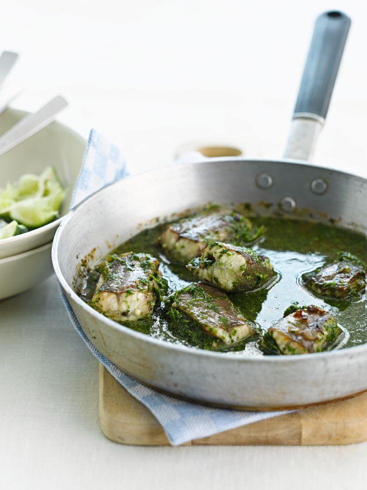 Paling in 't groen: Spoel de paling grondig onder koud, stromend water. Snijd met een vlijmscherp mesje de rug- en buikvinnen weg. Verdeel in stukken van ongeveer 5 cm lang. Snijd de gepelde sjalotten fijn en stoof in 20 g boter. Voeg de palingstukken toe en laat even meestoven, kruid met peper van de molen en zout.