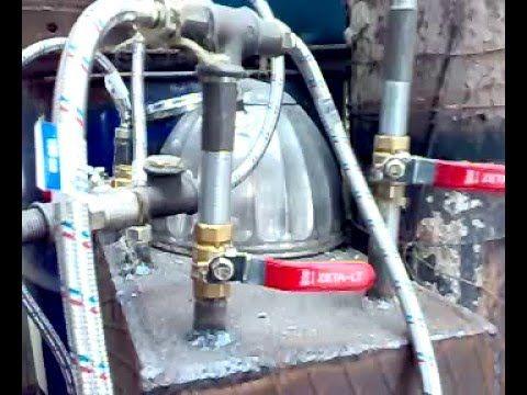 """Парогенератор стоит на металлической печи типа """"Буржуйка"""". Размеры 40 х 25 х 20 см или объём 20 литров. Все трубопроводы покупные: это гибкие шланги для горячей воды. Диаметр присоединения 1/2 """". 4 крана позволяют определять направление движения и количество ПАРА, подаваемого в ту или иную топку или самую горячую зону зону топки."""