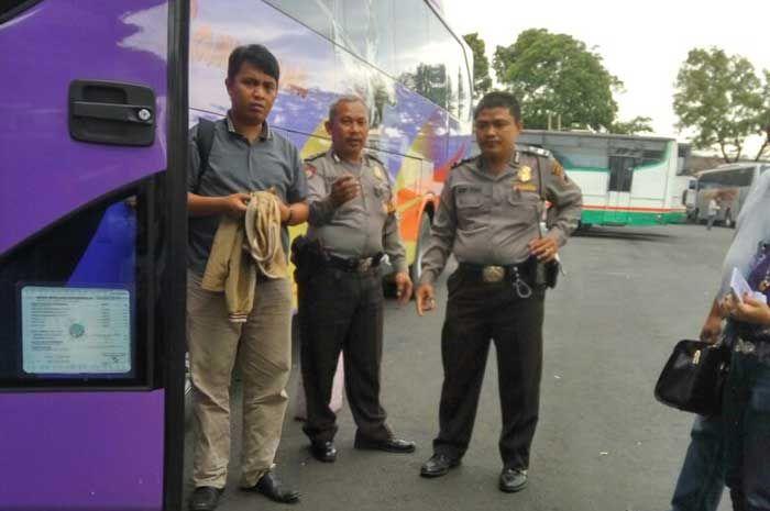 Tribratanewsmagelangkota.com – Bhabinkamtibmas Tidar Utara Magelang Kota Jawa Tengah Ajun Inspektur Polisi Satu Henry Istiadi SH bersama