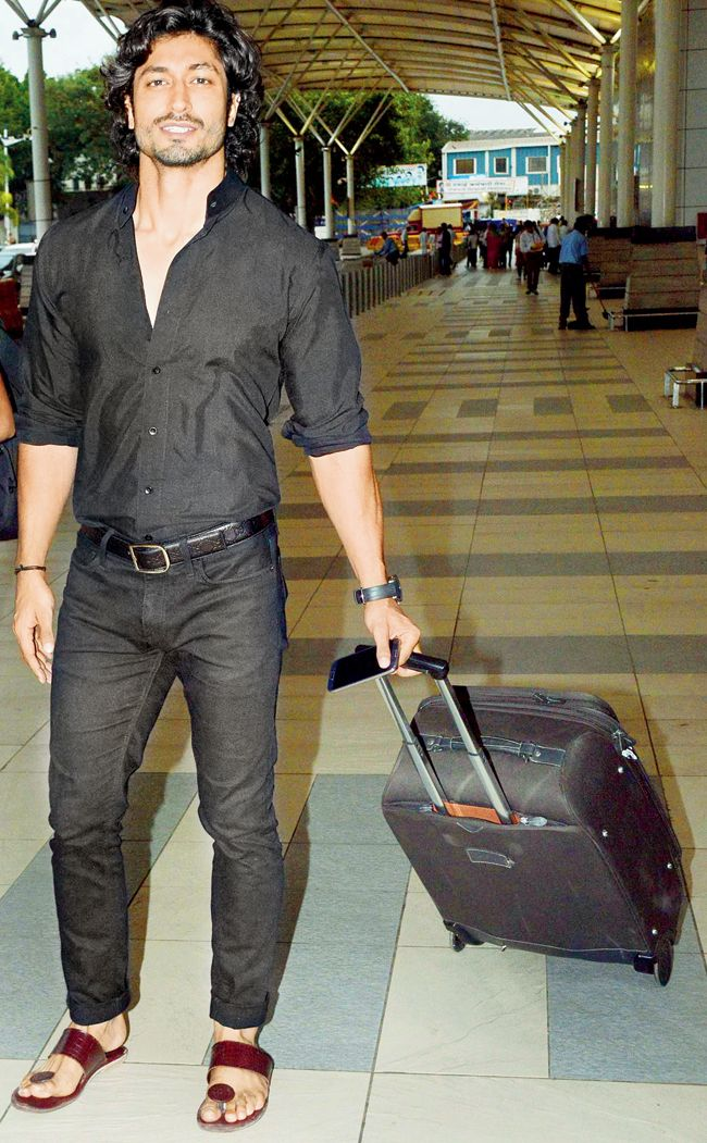 Vidyut Jamwal spotted in a casual avatar at the airport