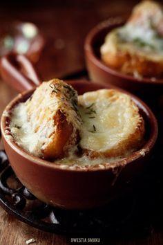 みんな大好きオニオングラタンスープ。寒い冬は身も心もほっかほかになり、特に美味しく感じられますよね♪ 玉ねぎをバターでじっくり炒め、ブイヨンを加えて陶製の器に入れ、薄く切ったフランスパン&粉チーズを振ってオーブンで焼いたオニオングラタンスープ。