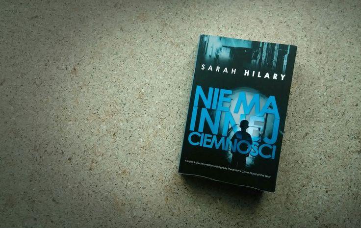 """Wiecie, że lubię kryminały. To ten rodzaj książek, przy których odpoczywam i dobrze się bawię, dlatego z ciekawością sięgam po nieznanych mi autorów. """"Nie ma innej ciemności"""" to pierwsza powieść Sarah Hilary, jaką przeczytałam, choć – ku mojej rozpaczy – kolejna, której bohaterką jest komisarz Marnie Rome (nie znoszę zaczynać lektury od środka serii). Przebolałam jednak ten fakt i… dałam się wciągnąć."""
