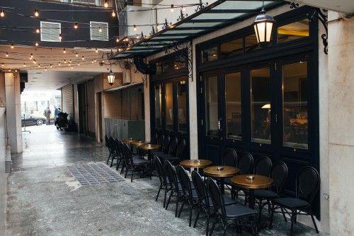 Το νέο μπαρ της Αθήνας, που μόλις άνοιξε σε μια στοά του Συντάγματος, έχει τον αέρα μιας παλιά μητρόπολης και την υπογραφή μιας ομάδας που άλλαξε τις σύγχρονες μπάρες. Φωτο: Πάρις Ταβιτιαν / LIFO