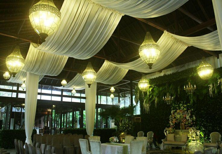 Dekorasi kain off white pada ceiling