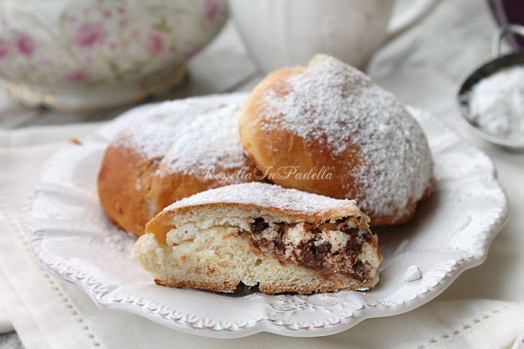 Iris al forno, la pasticceria siciliana. Deliziose paste di brioche cotte al forno e ripiene con ricotta e cioccolato. La dolcissima pasticceria silciliana.