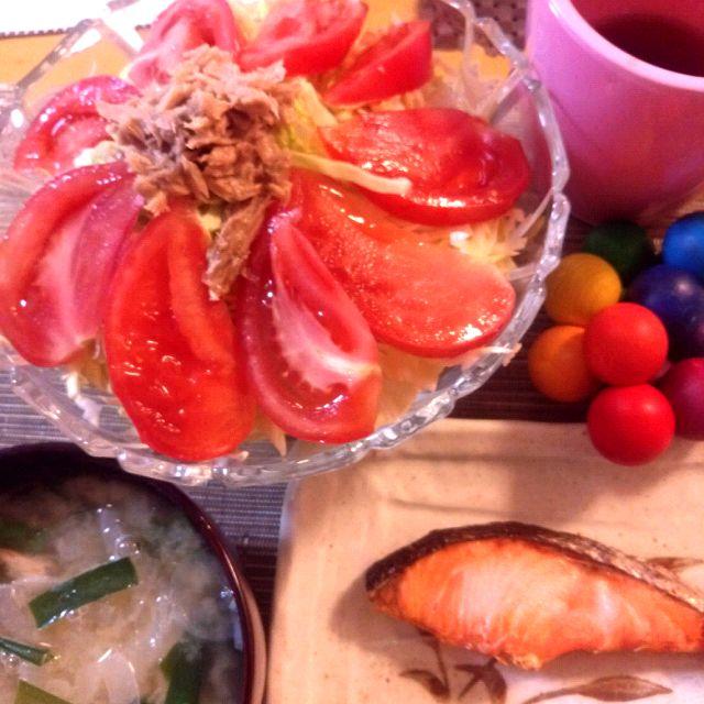 トマトが大量に残っていて、既に、あま〜い!(*´Д`) - 17件のもぐもぐ - 鮭の塩焼き、トマトのグリーンサラダ、タマネギとニラの味噌汁 by coco07022007