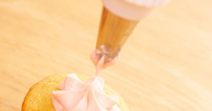 Cómo impedir que el glaseado de crema batida se derrita. La gente adora el glaseado de crema batida, ya que es ligero y aireado. Batirlo crea las burbujas de aire que hacen que sea tan suave y esponjoso. Pero, las burbujas de aire que lo hacen tan ligero y esponjoso, lo dejan propenso a que se derrita, ya que son difíciles de retener. La crema batida se separa y se derrite con facilidad, así que es ...