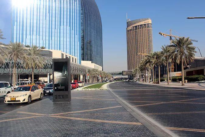 Ada Wanders/Włóczykijada. Dubaj. Po drugiej stronie ulicy znajdują się małe fontanny.