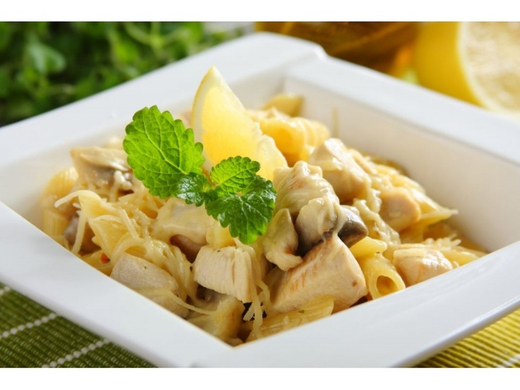 Ugotuj makaron na sposób al dente w dużej ilości wody. Pokrój mięso i cebulę w kostkę, pieczark...