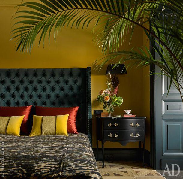 Фрагмент хозяйской спальни. Стеганое изголовье кровати, подушки и покрывало сделаны из бархата на заказ в Loffilab. Комод, Mis en Demeure.