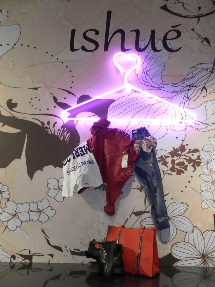 Jeans, giacca di pelle, t-shirt, stivaletti, sciarpa e borsa tutti in un solo e unico OUTFIT!! PERFETTI per tutti i giorni! Solo da #ishue!!