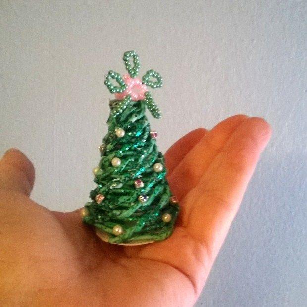 Arbol de Navidad en miniatura con tubos de papel de periódico