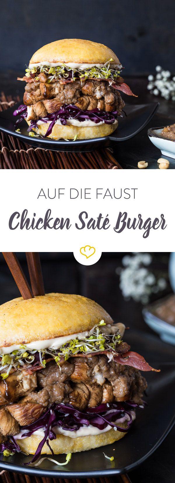 Du liebst asiatische Saté Spieße und du liebst einen guten Burger? Dann bastel dir einen leckeren Saté Burger mit einer fantastischen Sauce und Hühnchen.
