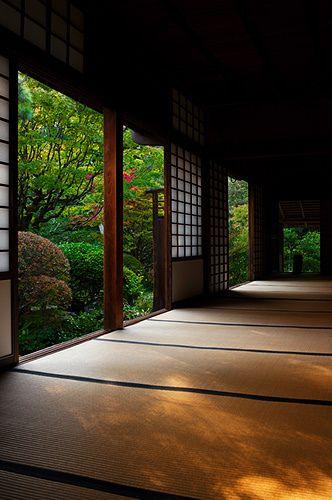 A beautiful tatami mat room with paper shoji at Koto-in temple, Kyoto, Japan 高桐院