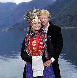 Lustra-kruna(hele artikkelen) - Magasinet Bunad - Norway