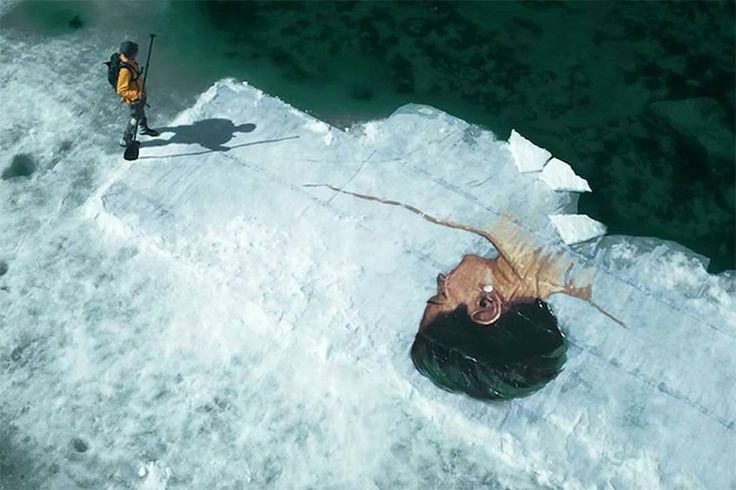 Шон Йоро расписывает полярные льды. Его новая серия партретов инуитов - заполярных коренных жителей канады, доступна разве, что арктическим птицам. Он приплывает на льдины на лодке, и дальше пото партреты свободно дрейфую в море. Грядет зима, с...