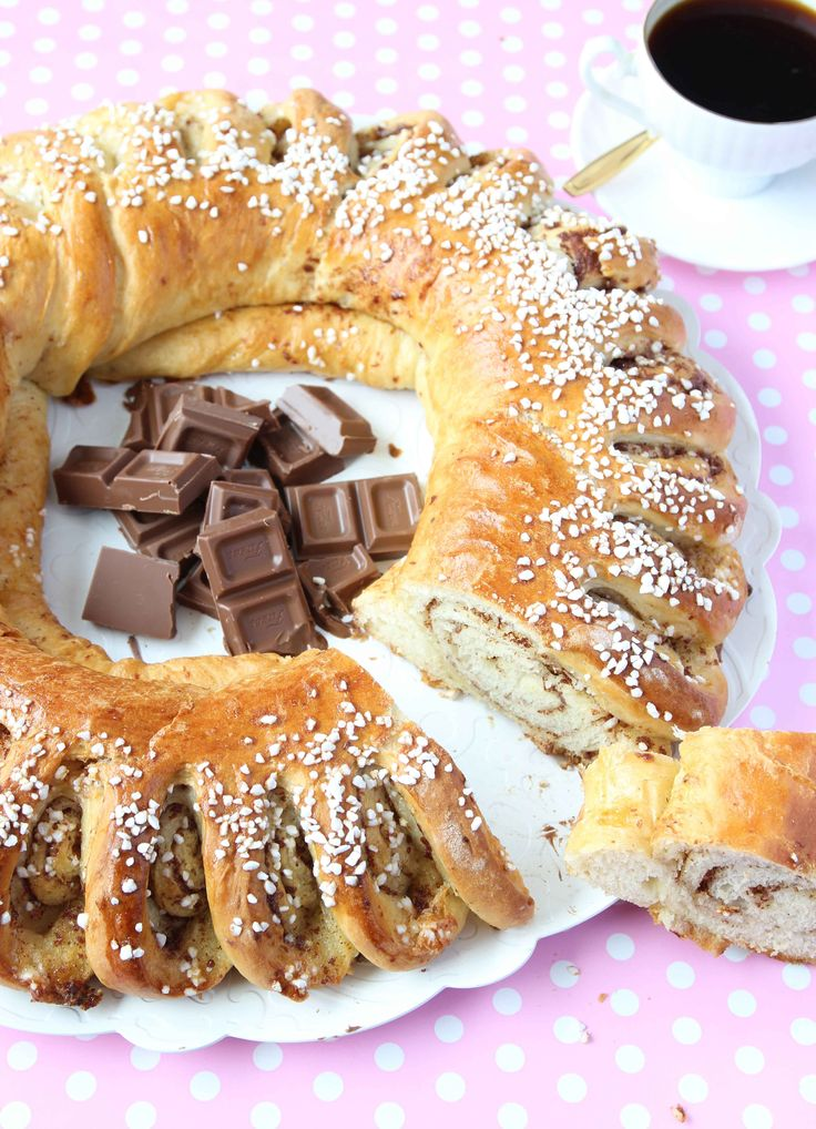En supersnygg krans som garanterat gör succé med den läckra choklad- och vaniljfyllningen. 