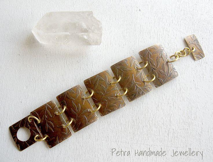 Bracciale in ottone incisioni a disegno floreale liberty- pezzo unico- misura 20 cm-spedizione gratuita di Petrahandmadejewelry su Etsy