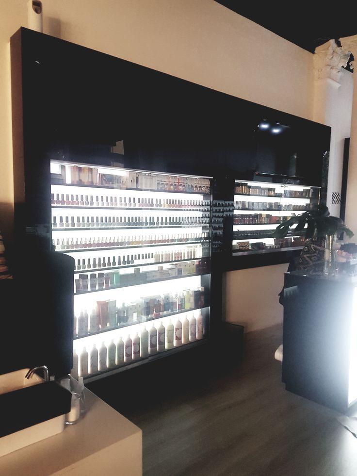 Display en madera revestido de acrilico negro con luz interior para exhibicion de productos para comestica de uñas.