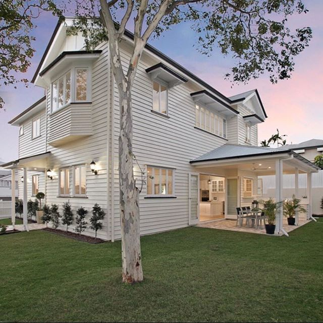 Hamptons style Queenslander (@domain.com.au / @placeestateagents @taylorkleinberg ) #queenslanderhomes #hamptonsstyle