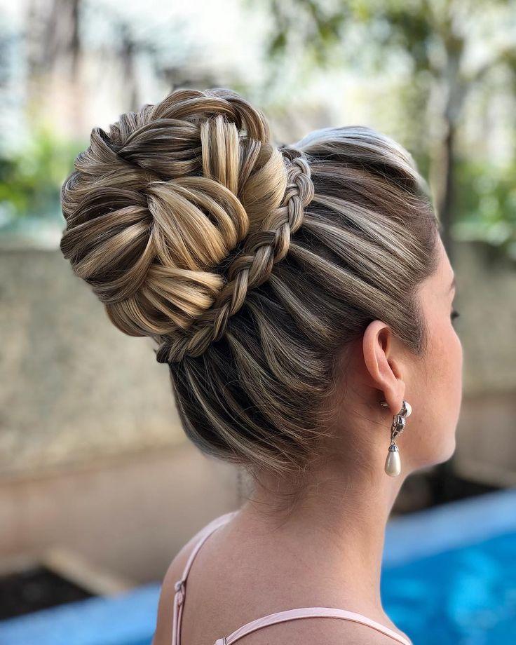 Um dia abençoado a todos! . #PenteadosSoniaLopes . . . #sonialopes #cabelo #penteado… | Penteados mãe da noiva cabelo curto, Penteados despojados, Cabelo com trança
