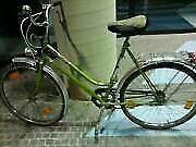 HalloIch möchte hier privat, ein gut erhaltenes 26 Zoll Damen Rad verkaufen. Es ist verkehrssicher und voll funktionsfähig.Sehr gute Profile am vorderen und hinteren Rad.Das es ein gebrauchtes Fahrrad ist , gibt's keine Rückgabe .Zahlung : Bar bei Abholung