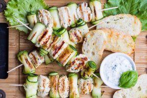 Brochettes de poulet au citron, tagliatelles de courgettes et quinoa parfumé