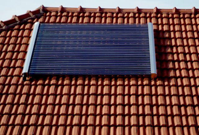 Kolektory próżniowe zamontowane na dachu rurami poziomo. Solary służą do podgrzewania wody w domu jednorodzinnym dla 4 osób. Zestaw solarny współpracuje z kotłem na paliwo stałe (węgiel drewno).