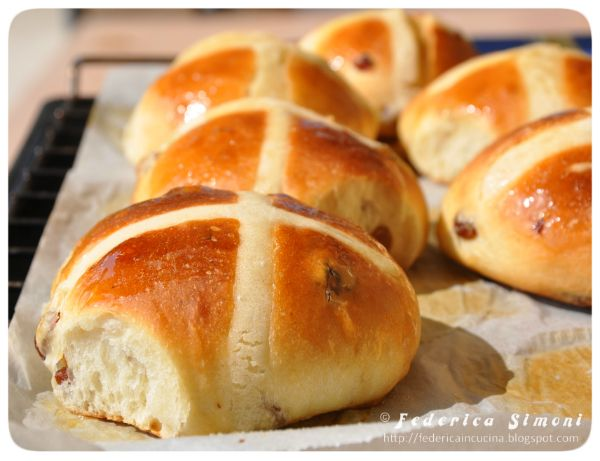 Hot cross buns http://federicaincucina.blogspot.it/2015/03/hot-cross-buns-panini-dolci-pasquali.html