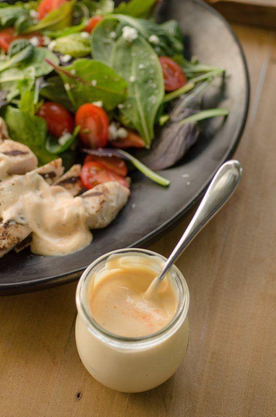 Sauce d'été magique 1 tasse de yogourt nature 2 à 3 cuillères à soupe de moutarde de Dijon 1 à 2 cuillères à café de sauce Sriracha