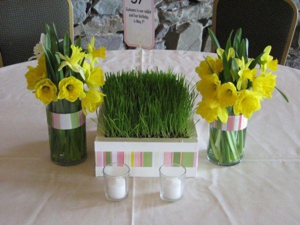 Hochzeit dekorieren - Gras und gelbe Narzissen