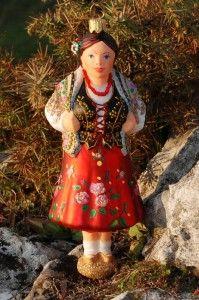 Góralka w czerwonej spódnicy * Wysokość 14 cm * Szerokość z boku 4,5 cm * Szerokość z przodu 5,5 cm * polskie bombki