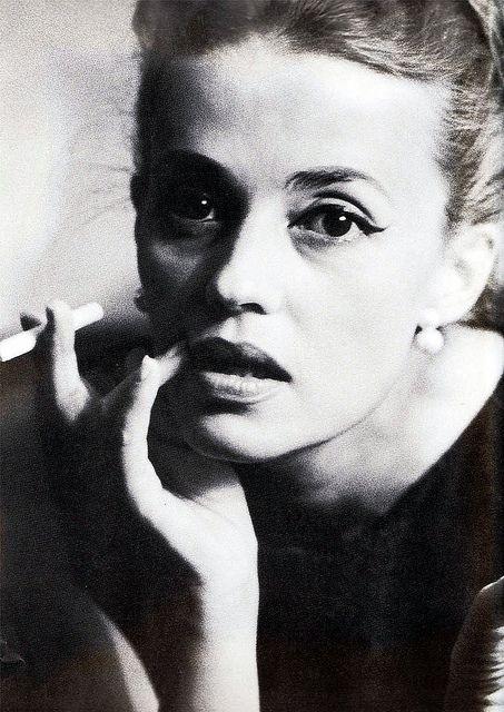 JEANNE MOREAU (photo Dan Budnick, 1962). Jeanne Moreau est une immense actrice, chanteuse et réalisatrice française, née en 1928 à Paris. Elle tourne avec tous les grands noms du cinéma comme Luis Buñuel, Theo Angelopoulos, Wim Wenders, Rainer Werner Fassbinder, Michelangelo Antonioni, Joseph Losey, Orson Welles ou encore François Truffaut, Louis Malle, André Téchiné et Bertrand Blier. Elle est promue au grade de commandeur dans l'ordre national du Mérite début janvier 2007.