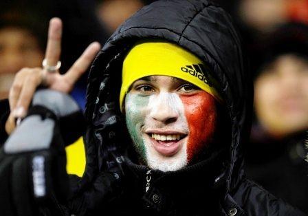 Il viso dipinto con i colori della propria squadra, un classico da stadio