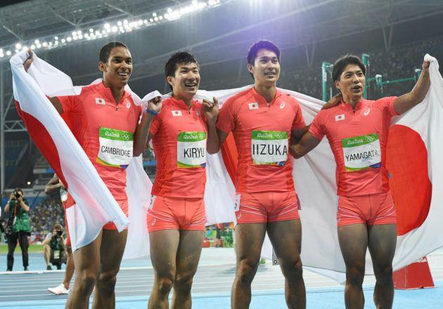 男子400メートルリレーで銀メダルを獲得し喜ぶ(左から)ケンブリッジ、桐生、飯塚、山県=写真 柏原敬樹