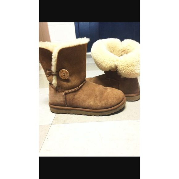 Bailey Button Uggs ON SALE! chestnut bailey button Uggs. Very comfortable size 7! UGG Shoes