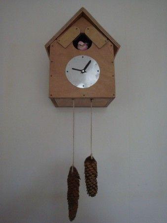 """Vogelhuisje """"koekoeksklok"""", klok werkt niet, maar door aan de sparrenappels te trekken kan het deurtje van het vogelhuisje bediend worden. (St. Nicolaas surprise)"""