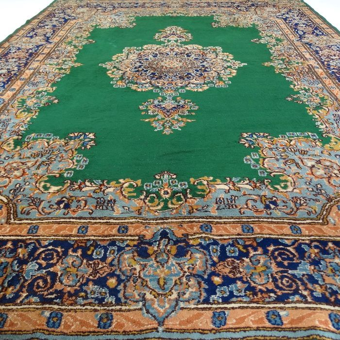 Dit is een handgeknoopt Kirman tapijt, gemaakt van duurzame, natuurlijke materialen. De manier van knopen en diversiteit in patronen maken dit kleed tot een unicum en benadrukken het authentieke en ambachtelijke karakter.  Kirman (of Kerman) ligt in het zuidoosten van Iran, aan de rand van een woestijn.  Kirman's zijn te herkennen aan een centraal geplaatste medaillon en een brede rand, gevuld met bloemen gemaakt van wol van hoge kwaliteit met een katoenen schering (onderdraad). De…