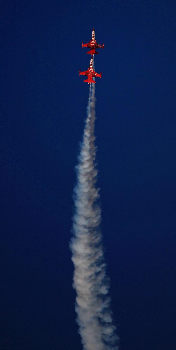 Airshow SİDE 2, yine muhteşem görüntülere sahne oldu. Türk Yıldızları, gösterileriyle adeta nefes kesti / A photo from the breathtaking performance of Turkish Stars as a part of Airshow SİDE 2
