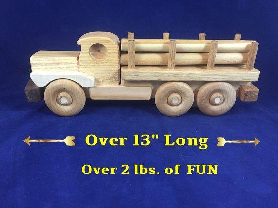 ** PRÊT À ÊTRE EXPÉDIER ** Camion-jouet en bois / Heavy journal transporteur. 160909 # Fait de bois massif pour durer pendant des générations. (Pas de bois de pin douce utilisé)  Ce camion-journal unique jouet en bois est parfait pour les tout-petits. Il est scellé dans une huile minérale (grade alimentaire) & finition cire d'abeille.  DIMENSIONS: Longueur = 13 1/4 Hauteur = 4. 1/2 Largeur = 3 1/8  Poids: 2 lb 3 oz.  COMPREND : * 6 rondins de bois amovibles (5/8 x 7 1/2) Ces journaux nest…