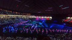 昨日は東京ドームでの行われた福岡ソフトバンクの公式戦鷹の祭典ホークス対ファイターズ戦を観てきました  画像は試合後に行われた光のパフォーマンスの様子です  エンターテイメント性がありパフォーマーと観客の光が幻想的で3年後の東京オリンピックの開閉会式でもやりそうな感じがしました  さて試合の方は序盤ファイターズがレアードと大田泰示のホームランで3点先行します  しかしホークスは3回裏デスパイネのタイムリーで1点返し尚も1アウト12塁の場面で上林が3ランが飛び出し逆転に成功します  その後もキューバ出身のモイネロが好投し結局5対3でホークスが勝利しました   尚鷹の祭典は今月14日に京セラドーム大阪でも行われます  #福岡ソフトバンクホークス #hawks #softbankhawks #北海道日本ハムファイターズ #fighters #鷹の祭典 #東京ドーム tags[東京都]