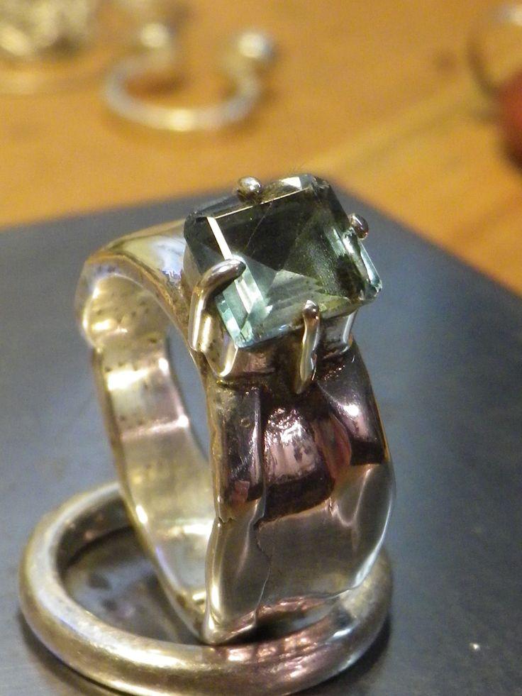 anillo con aguamarina facetada