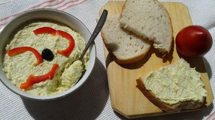 Salata de dovlecei cu maioneza este grozava! La noi in casa a devenit obligatorie Folosim dovleceii in orice combinatie! Iar aceasta salata este perfecta la micul dejun sau cina, de ce nu? Ingrediente: -2-3 catei de usturoi -apa, sare -1