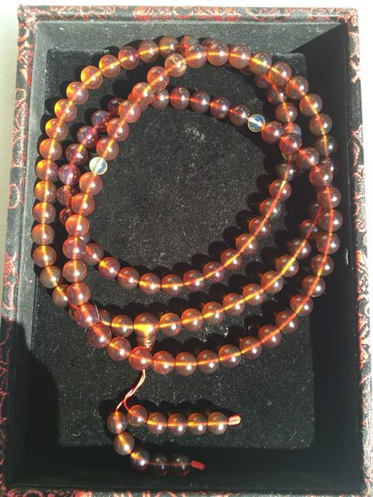 Birma amber ketting gewicht 41.2 gram  Naam: Myanmar Amber kettingBeschrijving: Myanmar Amber is de oudste en meest kleurrijke oranje op aarde. Krijt ongeveer 100 miljoen jaar het is een fossiele hars.100% natuurlijke Birmese amber zoutoplossing testen zwevende zoet water zinken UV testen. Natuurlijke amber geen kleur veranderen geen lijm en andere stoffen. Geen onderdrukking geen synthesis.In verschillende lichte kleurwijzigingen is de zon bijzonder mooi.Grootte: Parel diameter 86…