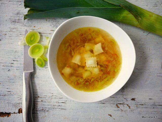 Une recette de bouillon de poireaux caramélisés aux ravioles dauphines