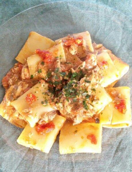 Paccheri con alici e pomodorini  Soffriggete uno spicchio d'aglio, capperi e un pizzico di peperoncino, aggiungete le alici pulite e prive della lisca, sfumate con vino bianco, infine aggiungete dei pomodorini tagliati a dadini e fate cuocere 10 minuti scarsi. Nel frattempo cuocete la pasta, gli ultimi 3 minuti finite in padella insieme al sughetto. Completate con una spolverata di prezzemolo.