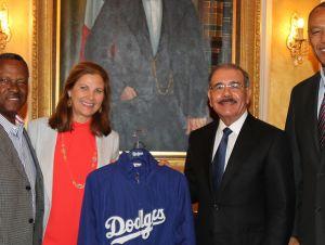 Danilo Medina recibe a la vicepresidenta de Los Dodgers de Ángeles