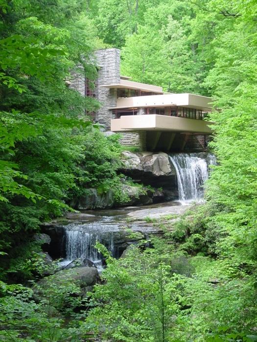 Frank Lloyd Wright's Falling Water, Pennsylvania    Organische architectuur, volgt de vormen vd natuur