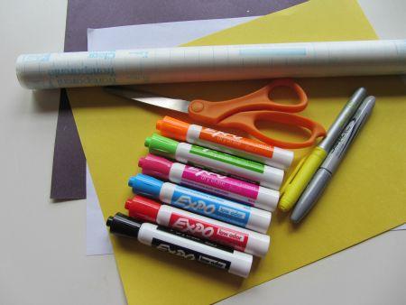 Der dukker sjove personer frem på papiret ved denne leg, hvor man laver fælles tegninger. Fremgangsmåde Hver deltager får et stykke papir. Alle tegner først, uden nogen ser det, en hat og tegner to…